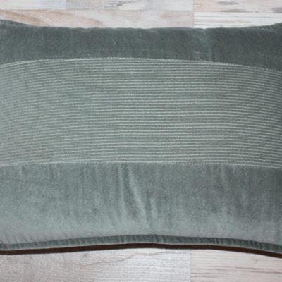Velours kussen van Lime Light in een grijs/groene tint. Afmeting 40 x 60 cm.